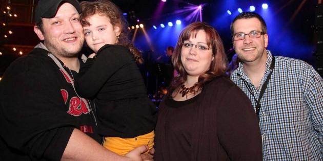 Sie liebt Musik, singt und tanzt gerne: Emily-Maxime Roth. Zum Familienfoto mit Mutter Paola Müller und Philipp Müller trägt sie ihr leiblicher Vater Norman Roth auf dem Arm. Foto: Hannelore Nowacki