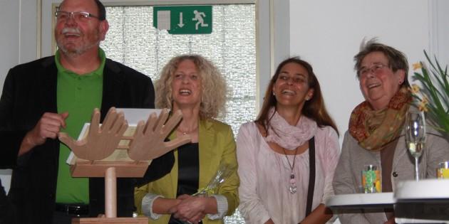 Große Freude herrschte bei Künstlern und Besuchern angesichts der gelungenen Vernissage der Mosaik-Ausstellung. Foto: Jasmin Riedel