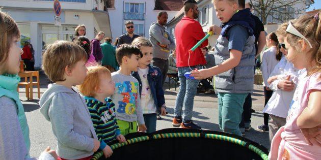 Lebhafter verkaufsoffener Sonntag beim Kinderfrühlingsfest in den Fachgeschäften