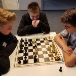 BUZ: Peter Weis, Pascal Rademacher und Tim Putz analysieren ihre Partien. Foto: oh