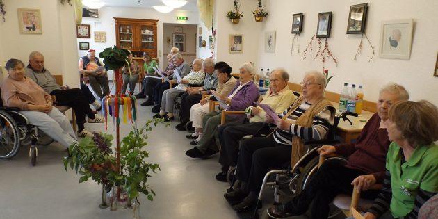 BUZ: Die Senioren im Alten- und Pflegeheim Groß-Rohrheim feierten ein schönes Frühlingsfest. Foto: oh