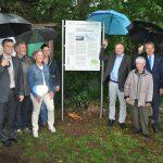 """Strömender Regen, aber strahlende Gesichter: Am Freitag wurde der Geopunkt  """"Lampertheimer Altrhein & Biedensand"""" offiziell eingeweiht. Foto: Benjamin Kloos"""