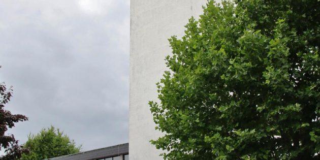 """NABU-Vorsitzender Michael Held (von links) überreichte die Auszeichnung """"Lebensraum Kirchturm"""" an Rudi Pumm, Lucas Montag und Pfarrer Adam Malczyk beim Pfarrfest am Sonntag. Foto: Hannelore Nowacki"""