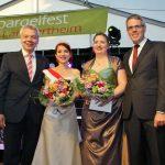 Der feierlichen Zeremonie mit Bürgermeister Gottfried Störmer (links), den Spargelhoheiten und Landrat Christian Engelhardt (rechts) folgte der Fassanstich mit Freibier. Foto: Hannelore Nowacki