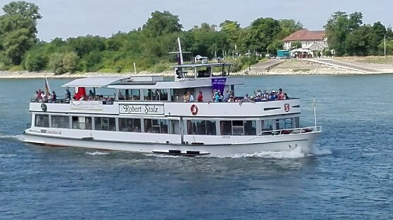 BUZ: Das Schiff in voller Fahrt nach Mainz. Foto: Dekanat Ried