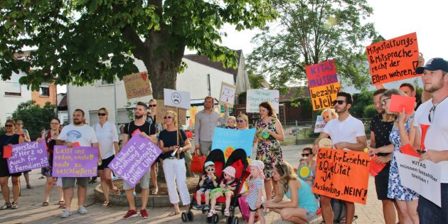 Zur Demonstration gegen die Gebührenerhöhung für Krippenkinder unter drei Jahren waren etwa dreißig erwachsene Teilnehmer und etliche Kinder gekommen. Foto: Hannelore Nowacki