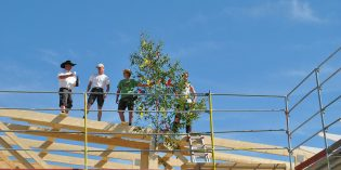 Mit dem festlich geschmückten Richtbaum und dem passenden Spruch wurde am künftigen Norma-Markt in Hofheim Richtfest gefeiert. Foto: Benjamin Kloos