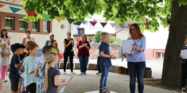 """Kita-Leiterin Christiane Müller überreichte den """"schlauen Füchsen"""" Urkunde und Abschiedsgeschenk. Foto: Hannelore Nowacki"""