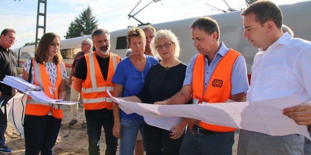 BUZ: Kreisbeigeordneter Karsten Krug (rechts) hatte bei der Projektleitung der Bahn um den Ortstermin am Bahnhof in Groß-Rohrheim gebeten, um die aktuellen Informationen auch für die Bürger der Gemeinde zu erhalten. Foto: Hannelore Nowacki