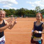 amara Erdinger, die ungeschlagen in den Einzel und Doppel die Saison 2017 bei den Damen I absolvierte, und Nadine Tannreuther (v.l.). Foto: oh