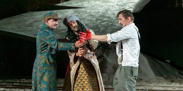 Die Nibelungen-Festspiele begeisterten auch in 2017 – so wie hier Heio von Stetten als Hauptmann Klein, Mehmet Kurtulus als Scheich Omar und Till Wonka als Leutnant Stern (v.l.). Foto: David Baltzer