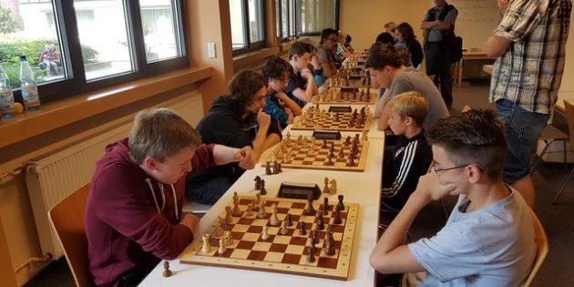 BUZ: Partie der dritten Runde: Phil Thomsen (vorne links) von der SG Bensheim gegen Tim Putz aus den Reihen des SV Biblis. Foto: oh