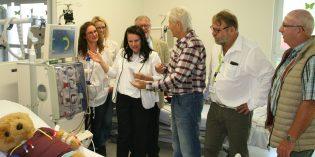 Am Tag der offenen Tür erklärte Dr. Magdalena Lange (3.v.l.), Ärztliche Leiterin des MVZ, Interessierten die Hämodialyse im Rahmen einer Vorführung. Foto: Eva Wiegand