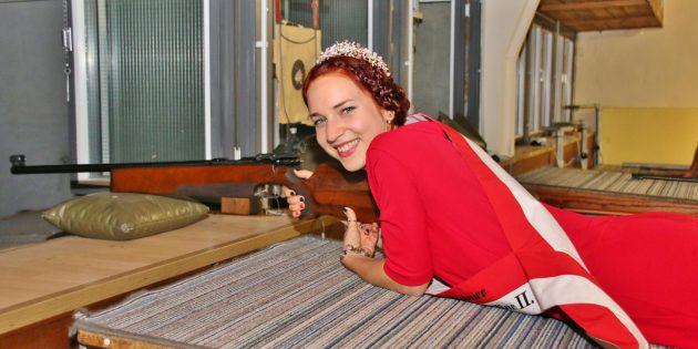 """""""Gut Schuss"""" - Spargelkönigin Nadine II. zeigte charmante Treffsicherheit """"Kleinkaliber-Preisschießen"""".  Foto: Hannelore Nowacki"""