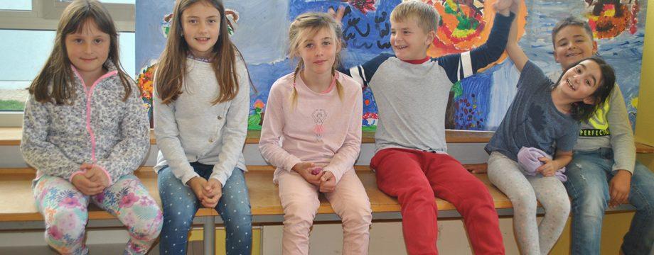 Stolz präsentierten die jungen Künstler der Ferienbetreuung der Pestalozzischule ihre wundervollen Kunstwerke. Foto: Benjamin Kloos