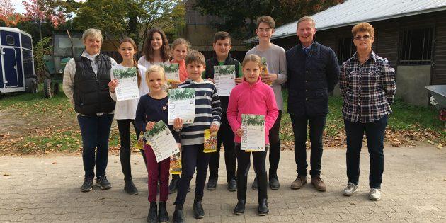 Stolz präsentieren die jungen Absolventen der Reitabzeichen beim Reit- und Fahrverein Lampertheim ihre Urkunden. Foto: oh