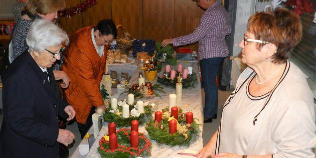 Beim Adventsbasar der Frauenhilfe der evangelischen Kirchengemeinde Hüttenfeld gab es unter anderem schöne Adventskränze zu erwerben. Foto: ehr