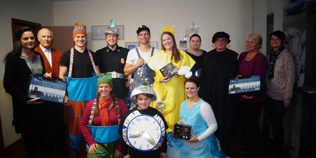 Die Mitglieder der Theater AG nahmen erfreut die Koffer mit den Headsets als Förderung entgegen - überreicht durch die Beteiligten der Bürgerstiftung Biblis. Foto: Sigrid Samson