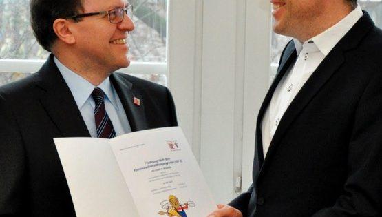 BUZ: Justizstaatssekretär Thomas Metz (links) übergibt Schülerkonto an Landrat Christian Engelhardt. Foto: oh