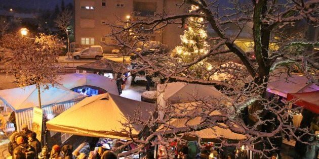 Gemütlich und gut besucht war der Weihnachtsmarkt auf dem Ahornplatz – die weiße Pracht sorgte für den besonderen Romantikfaktor. Foto: Hannelore Nowacki