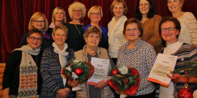 Das Vorstandsteam der Lampertheimer Landfrauen und zwei der fünf geehrten langjährigen Mitglieder: Karin Hesse (2. von rechts) und Christa Steeg (3. von rechts) traten vor 50 Jahren in den Landfrauenverein ein. Foto: Hannelore Nowacki