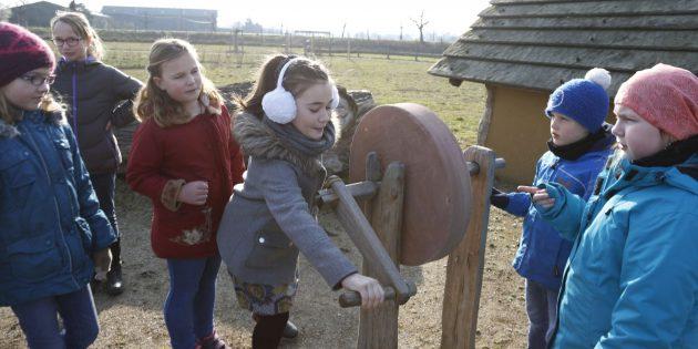 BUZ: Die Museumspädagoginnen des Klosters Lorsch bieten den Kindern ab sechs Jahren eine spannende Reise in die Zeit von König Karl an. Foto: © UNESCO Welterbe Kloster Lorsch