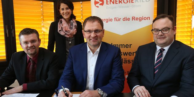 Kaufvertrag für ENERGIERIED-Grundstück unterzeichnet. Unser Bild zeigt von l. n. r. Erster Stadtrat und SEL- Geschäftfsführer Jens Klingler, Stephanie Salis-Becher (SEL), ENERGIERIED-Geschäftfsührer Frank Kaus und Notar RA  Sebastian Straub. Foto: oh