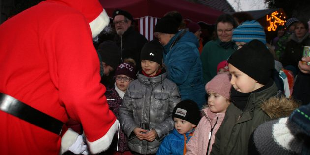 Die Kinder ließen sich auf dem Nikolausmarkt nur zu gerne vom Mann mit dem weißen Rauschebart beschenken. Foto: Eva Wiegand