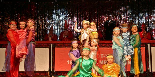 """""""1000 und eine Nacht"""" Die Minigarde, der jüngste Nachwuchs beim 1. Carneval-Club Rot-Weiß, begeisterte das Publikum mit dem Thema """"1000 und eine Nacht"""". Foto: Hannelore Nowacki"""