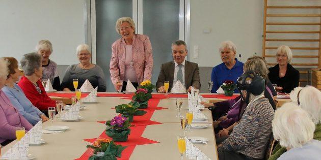 Senioren feierten mit Sekt, Schnittchen und Information