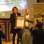 Maria Zimmermann, die Vorsitzende des Tourismusservice Bergstraße, nahm die Urkunde aus den Händen von Dr. Hans-Ulrich Rauchfuß, dem Verbandspräsidenten des Deutschen Wanderverbandes, entgegen. Foto: oh
