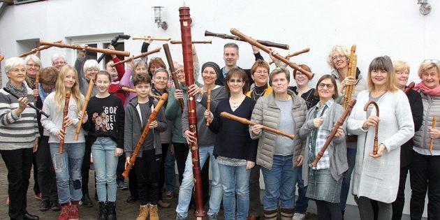 Die Teilnehmenden des Blockflötenworkshops präsentieren ihre Instrumente. In der hinteren Reihe, dritte von rechts, steht die Referentin Katharina Hess. Foto: Dekanat Ried