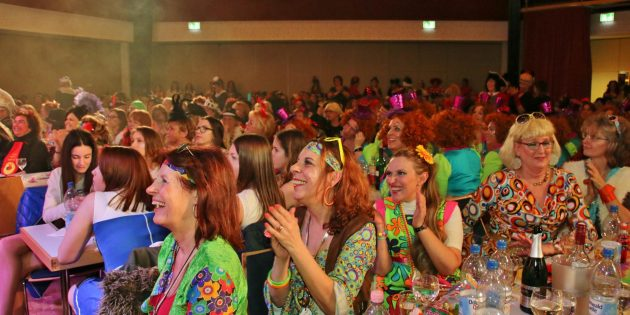 uf der Bühne und im Saal ging es rund. Foto: Hannelore Nowacki