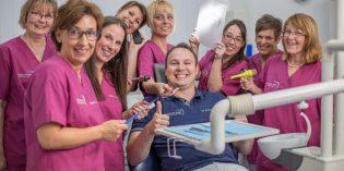 In der Praxis am Lutherdenkmal kann sich Zahnarzt Dr. Sebastian Schmidt auf sein erfahrenes und freundliches Team verlassen, das viele seiner Patienten schon seit Jahren kennen. Foto: oh