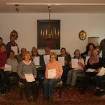 """ZumAbschluss der Schulung der freiwilligen Helfer der Diakoniestiftung in der Tagesbetreuung """"Meine Zeit"""",bekamen die 17 Teilnehmer ihre Zertifikateüberreicht.Foto: Eva Wiegand"""