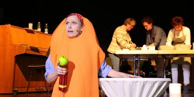 Als explosive Karotte machte sich Kabarettistin Yvonne Hotz über aufgehübschte Äpfel und andere Zumutungen her. Foto: Hannelore Nowacki