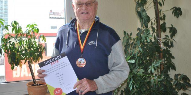 BUZ: Heinz Janson war in vier Disziplinen bei der Deutschen Senioren-Winterwurfmeisterschaft gestartet und sicherte sich seine erste Bronzemedaille im Speerwurf. Foto: Benjamin Kloos