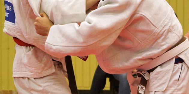 BUZ: Florian Siegler (links) vom 1. JCB mit starker Griffüberlegenheit gegen seinen Konkurrenten. Foto: oh