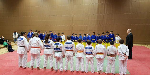 BUZ: Mit einem Sieg gegen den JC Rüsselsheim zeigte die Mannschaft der KG Bürstadt-Rimbach (im Hintergrund in den blau-gelben Judogi) eine starke Leistung. Foto: oh