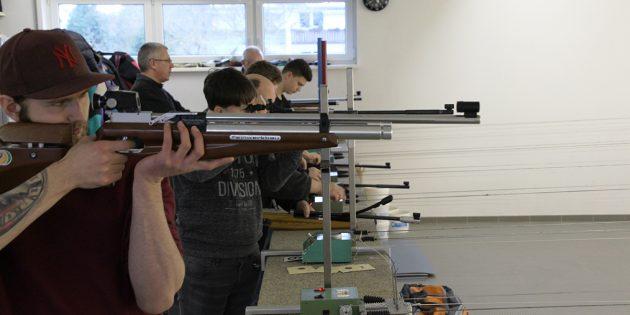 BUZ: In den Nachmittagsstunden füllte sich Hüttenfelds Schießstand dann doch. Foto: Ehret
