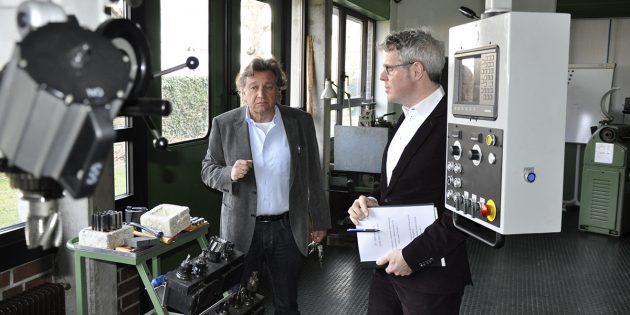 BUZ: Horst Saemann, Abteilungsleiter des gewerblich-technischen Bereichs, im Gespräch mit Landrat Christian Engelhardt. Foto: oh