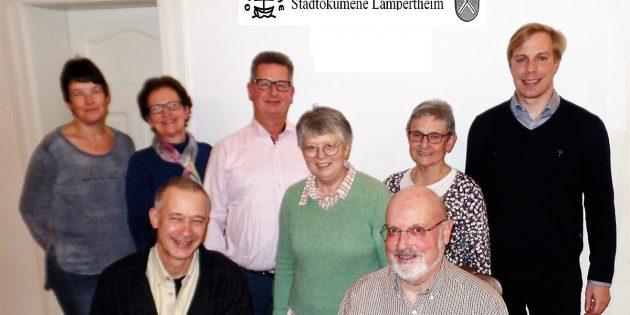 BUZ: Die beiden Sprecher der Stadtökumene Bernd Lohmann (vorne rechts) und  Jörg Lüling (Stellvertreter, vorne, links) zusammen mit den weiteren Mitglieder Claudia Schumacher, Marita Billau, Rolf Borkenhagen, Christmute Krichbaum, Brigitte Diehl und Pfarrer Sven Behnke. Foto: oh