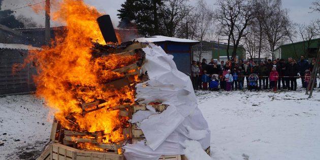Der überdimensionale Schneemann wurde zur Saisoneröffnung im AZ-Vogelpark verbrannt und somit der Winter hoffentlich nun endgültig verbannt. Foto: Sigrid Samson