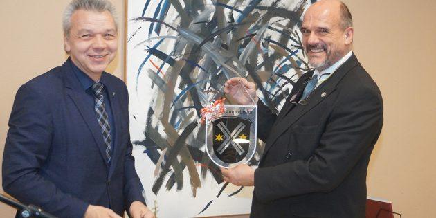 Einrichtungsleiter Henning Krey (r.) erhielt von Bürgermeister Gottfried Störmer als Geschenk das Wappen der Stadt Lampertheim. Foto: Sigrid Samson