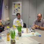 Günther Baus, Vorsitzender der Lebenshilfe Lampertheim und Ried e.V. (2.v.r.), erläuterte den Mitgliedern der Jusos und SPD-Landtagskandidat Marius Schmidt (3.v.l.) die aktuellen Planungen der Lebenshilfe. Foto: Benjamin Kloos
