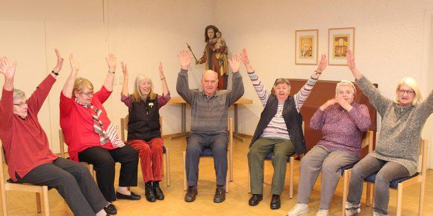 Seit November treffen sich die Senioren regelmäßig jeden zweiten und vierten Donnerstag im Monat. Mal wird geplaudert, dann steht wieder Bewegung auf dem Programm. Foto: Eva Wiegand