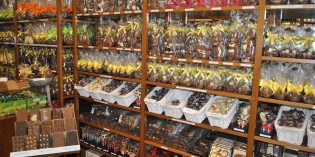 Zauberhaftes aus Schokolade passend zur Osterzeit: Im Schokoladenhaus Oberfeld finden sich täglich frisch in Handarbeit hergestellte Köstlichkeiten zum Osterfest. Foto: Benjamin Kloos