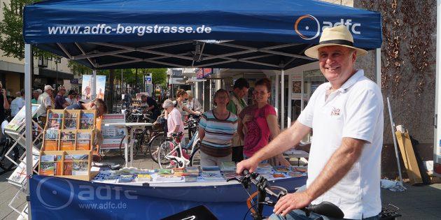Bei der Fahrradbörse konntenRäder verkauft, gekauft oder codiert werden - ADFC-Vorstandsmitglied Ralf Dickhaut (r.) und weitere Mitglieder an ihrem Infostand auf dem Schillerplatz. Foto: Sigrid Samson