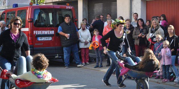 Die Arbeitsgemeinschaft der Nordheimer Vereine sucht eine oder einen Nachfolger/in für Kerwemudder Silke – hier beim beliebten Schubkarrenrennen. Archivfoto: TIP