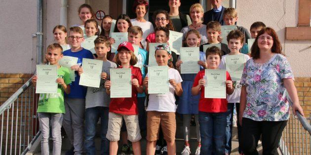 BUZ: Mit Stolz feierten die Schüler ihren Abschluss des Grundkurses im Zehn-Finger-Tastschreiben. Foto: Hannelore Nowacki
